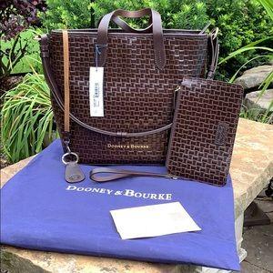 ✨👜✨EUC Dooney & Bourke Embossed Leather Handbag